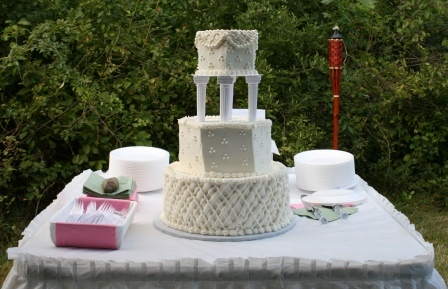 Wedding in a meadow: The wedding cake looked beautiful against the natural greenery.